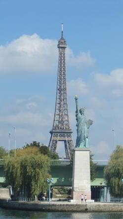 セーヌ河から自由の女神とエッフェル塔を臨む.jpg